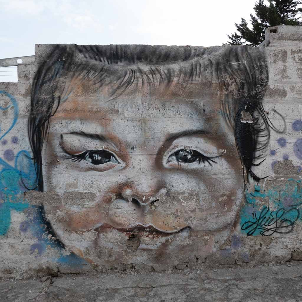 Quito street art: kiddo in Guapolo